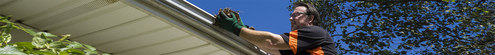 Tradie cleaning gutter
